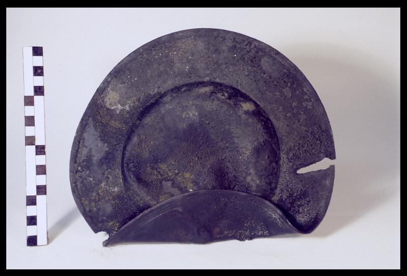 Vue d'un plat d'étain (fouille M. L'Hour/Drassm, E. Veyrat/Drassm).