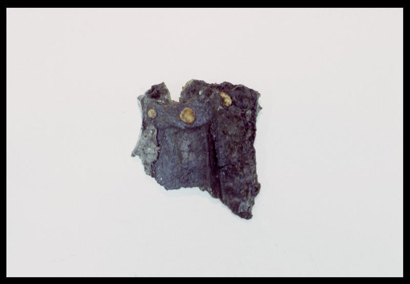Vue d'une attache d'un objet métallique avec de rivetage en cuivre (fouille M. L'Hour/Drassm, E. Veyrat/Drassm).