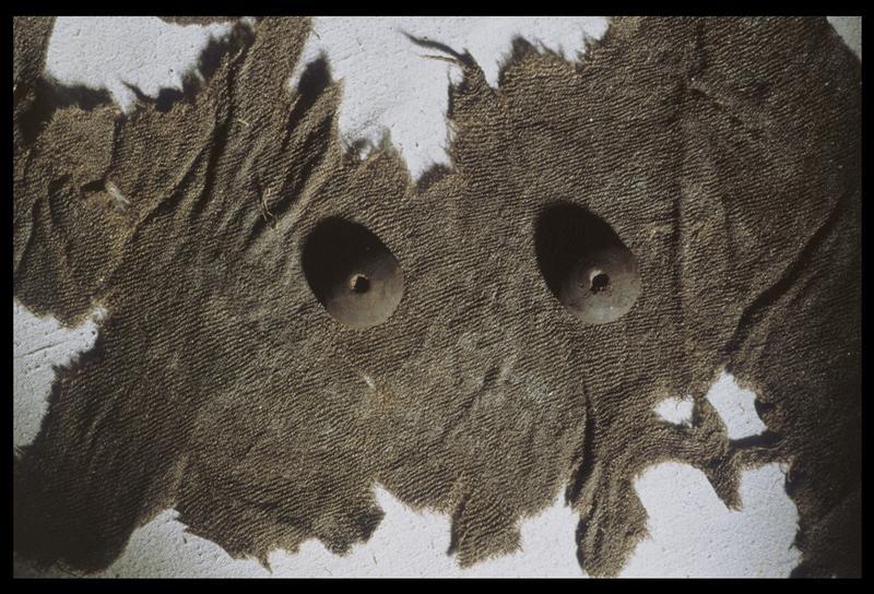 Vue d'un fragment de tissus tramé et de deux boutons de bois (fouille M. L'Hour/Drassm, E. Veyrat/Drassm).