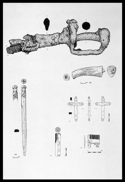 Vue du dessin de différents éléments de bois (poignée, manche, pique, peigne et croix) (fouille M. L'Hour/Drassm, E. Veyrat/Drassm).