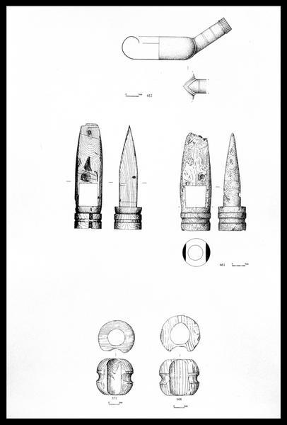 Vue du dessin du crachoir d'étain, de pommes gougées de bois et de deux éléments de bois (fouille M. L'Hour/Drassm, E. Veyrat/Drassm).