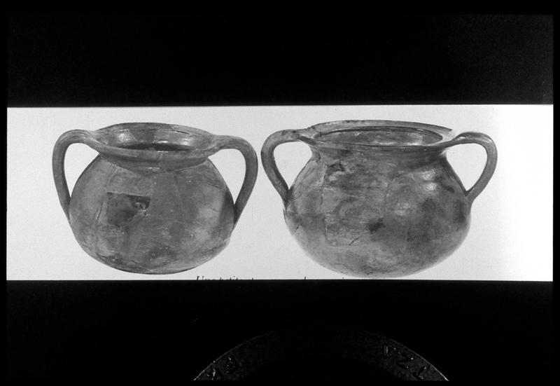 Vue de deux pots à anse de céramique découverts à Machault (fouille M. L'Hour/Drassm, E. Veyrat/Drassm).