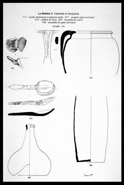 Vue du dessin de deux trois récipients de céramique, d'une cuillère de bois et d'une bouteille de verre (fouille M. L'Hour/Drassm, E. Veyrat/Drassm).
