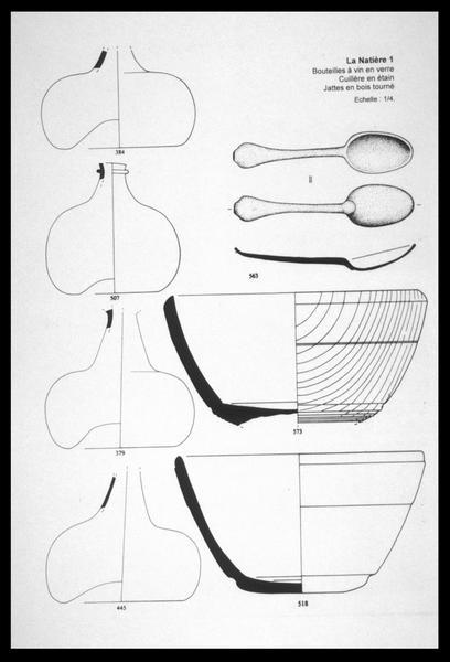 Vue du dessin de quatre bouteilles de verre, deux saladiers de bois et d'une cuillère d'étain (fouille M. L'Hour/Drassm, E. Veyrat/Drassm).