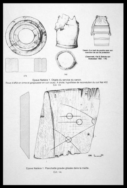Vue du dessin d'un sac de cuir, d'une roue et d'une planchette de bois gravée (fouille M. L'Hour/Drassm, E. Veyrat/Drassm).