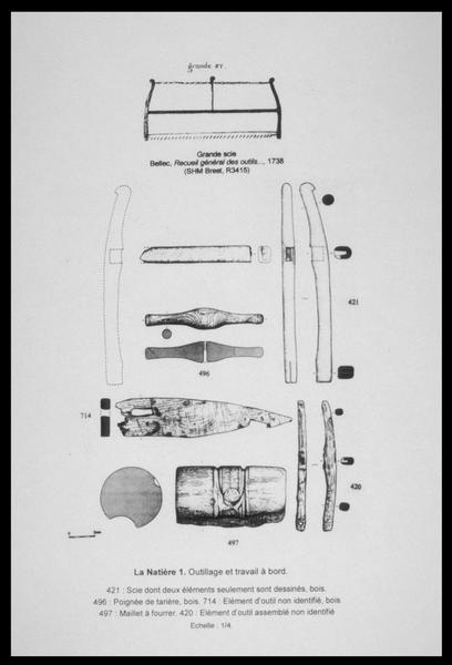 Vue du dessin d'une scie, des poignées d'une tarrière, d'une tête de maillet et d'éléments non identifié de bois (fouille M. L'Hour/Drassm, E. Veyrat/Drassm).
