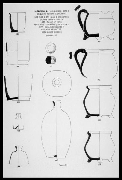 Vue du dessin de pots de faïence et de bouteilles de grès, de flacons de verre et d'un peson de métal (fouille M. L'Hour/Drassm, E. Veyrat/Drassm).