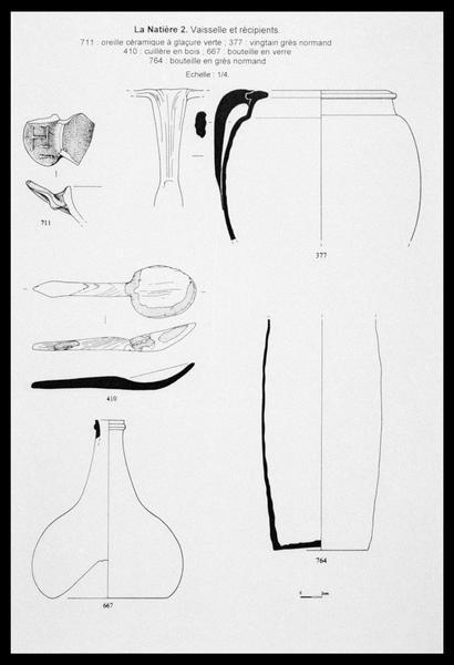 Vue du dessin de trois éléments de céramique et de grès, d'une cuillère de bois et d'une bouteille de verre (fouille M. L'Hour/Drassm, E. Veyrat/Drassm).