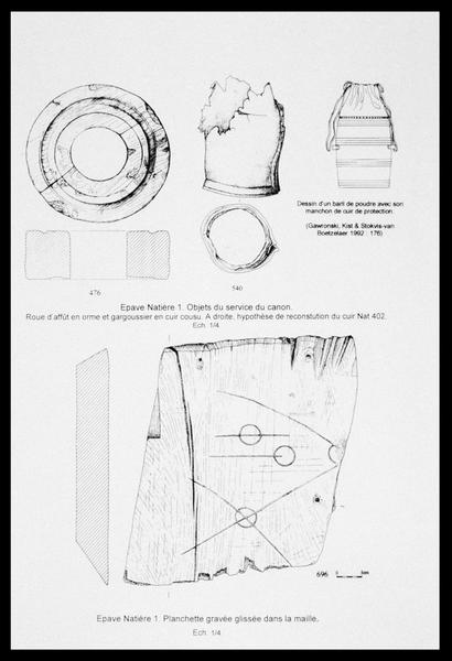 Vue du dessin d'une roue d'affût et d'une planchette gravée en bois, et d'un sac de cuir (fouille M. L'Hour/Drassm, E. Veyrat/Drassm).