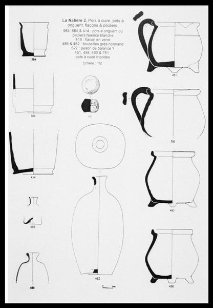 Vue du dessin des pots de faïence, des flacons de verre et d'un peson de métal (fouille M. L'Hour/Drassm, E. Veyrat/Drassm).
