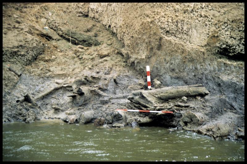 Vue de répères topographiques sur la berge (fouille CNRAS).