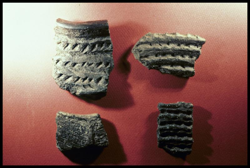 Vue de quatre fragments de céramique à décor guilloché (fouille CNRAS).