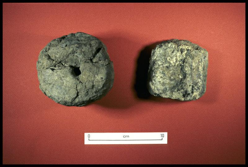 Vue de deux fusaïoles en terre cuite (fouille CNRAS).