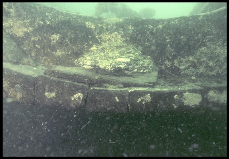 Vue sous-marine de détail de la coupe des bordés de la carène (fouille M. L'Hour/Drassm, E. Veyrat/Drassm).