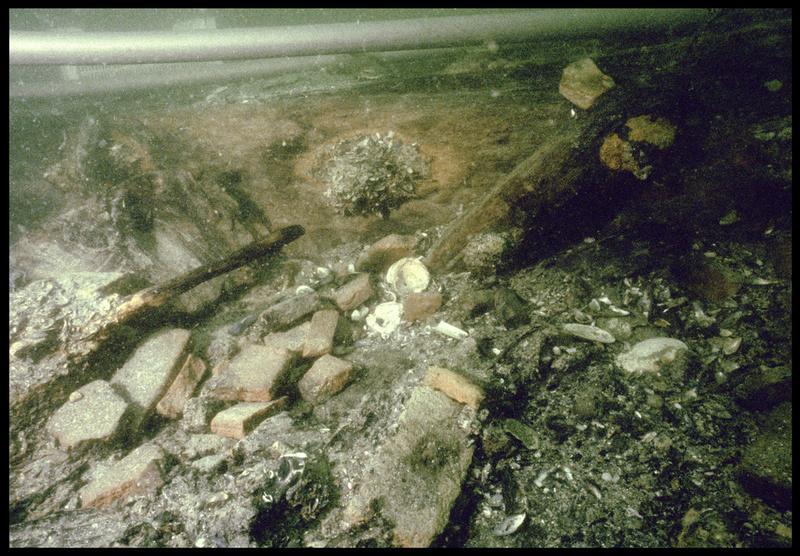 Vue sous-marine de fragments de brique in situ (fouille M. L'Hour/Drassm, E. Veyrat/Drassm).