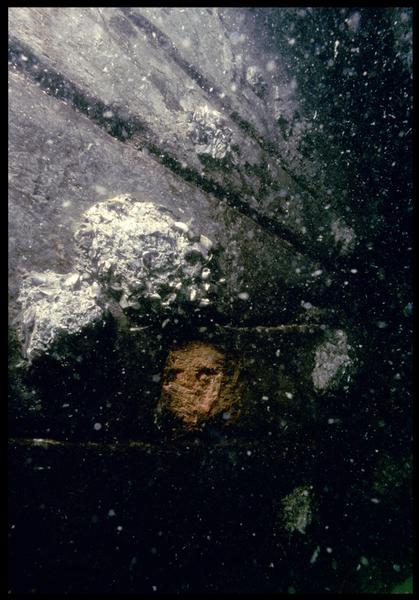 Vue sous-marine de détail des broches de la carène (fouille M. L'Hour/Drassm, E. Veyrat/Drassm).