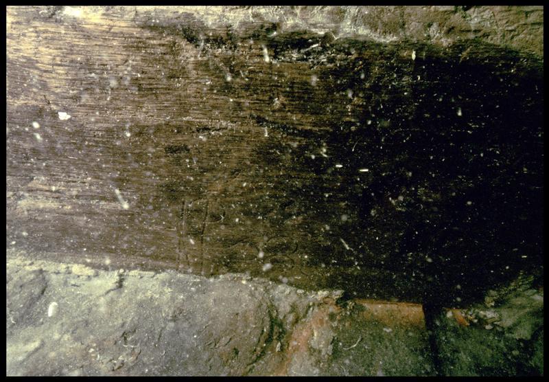 Vue sous-marine de détail d'une marque sur un bois de la carène (fouille M. L'Hour/Drassm, E. Veyrat/Drassm).