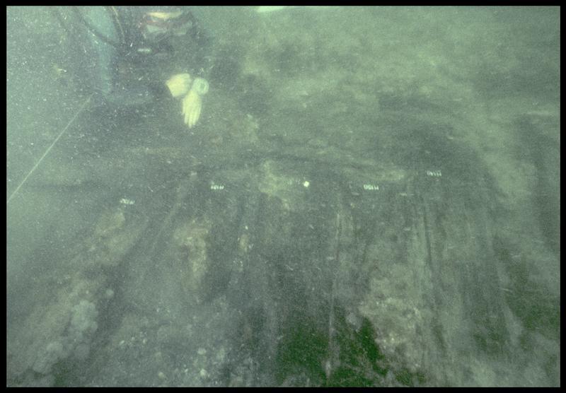 Vue sous-marine d'un plongeur effectuant le relevé des membrures (fouille M. L'Hour/Drassm, E. Veyrat/Drassm).