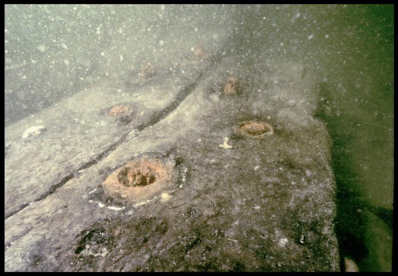 Vue sous-marine de détail du brochage des membrures (fouille M. L'Hour/Drassm, E. Veyrat/Drassm).