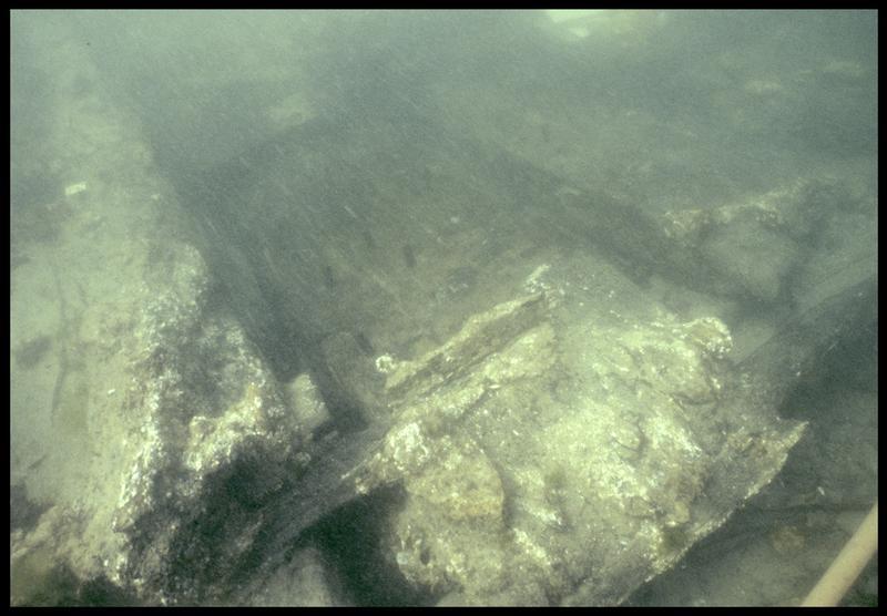 Vue sous-marine de détail de la triple membrure de la carène (fouille M. L'Hour/Drassm, E. Veyrat/Drassm).