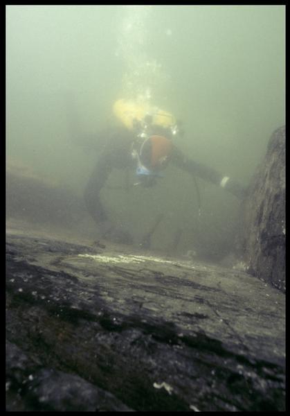 Vue sous-marine d'un plongeur effectuant le relevé de la carène (fouille M. L'Hour/Drassm, E. Veyrat/Drassm).