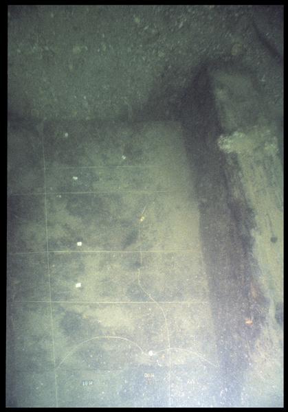 Vue sous-marine du carroyage de la carène (fouille M. L'Hour/Drassm, E. Veyrat/Drassm).