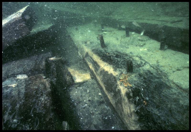 Vue sous-marine de détail des membrures 105 et 106 de la carène (fouille M. L'Hour/Drassm, E. Veyrat/Drassm).