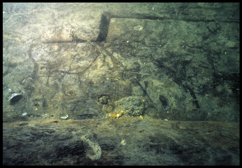 Vue sous-marine de détail de marque sur le bois de la carène (fouille M. L'Hour/Drassm, E. Veyrat/Drassm).