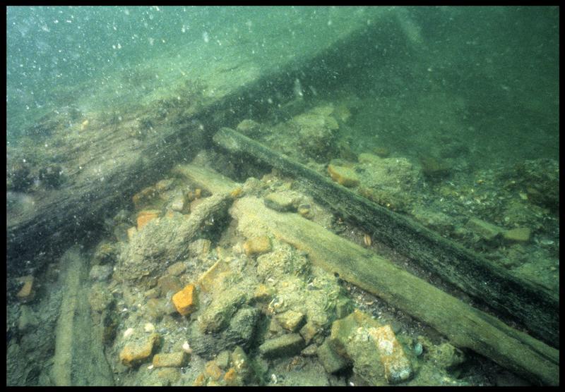 Vue sous-marine de détail de fragments de brique in situ (fouille M. L'Hour/Drassm, E. Veyrat/Drassm).