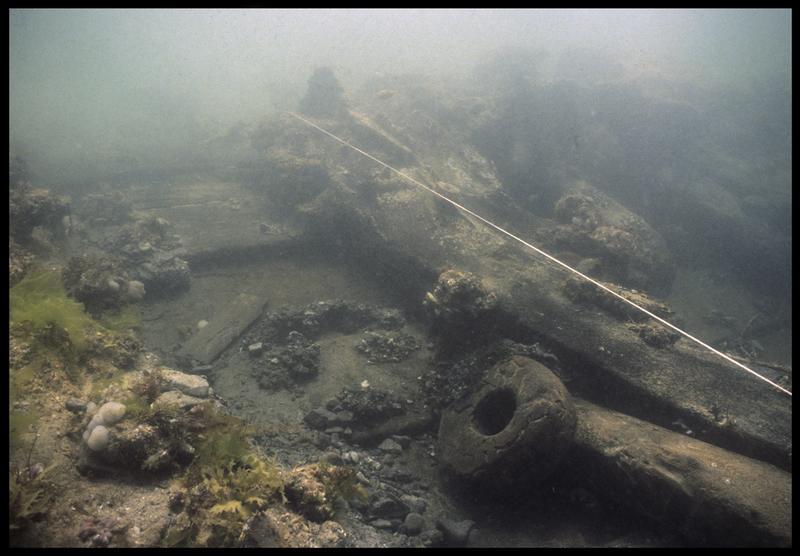 Vue sous-marine d'un poulie de bois sur la carène(fouille M. L'Hour/Drassm, E. Veyrat/Drassm).
