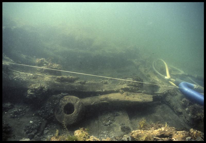 Vue sous-marine d'un détail de la carène et d'une poulie de bois in situ(fouille M. L'Hour/Drassm, E. Veyrat/Drassm).