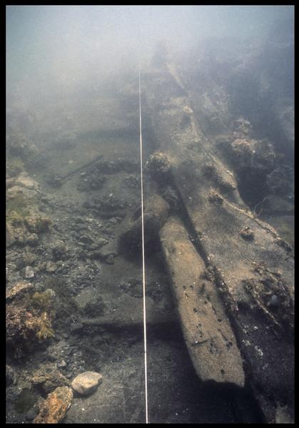 Vue sous-marine d'un détail de la carène et d'une poulie in situ(fouille M. L'Hour/Drassm, E. Veyrat/Drassm).