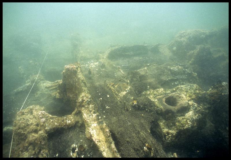 Vue sous-marine d'un détail de la carène(fouille M. L'Hour/Drassm, E. Veyrat/Drassm).