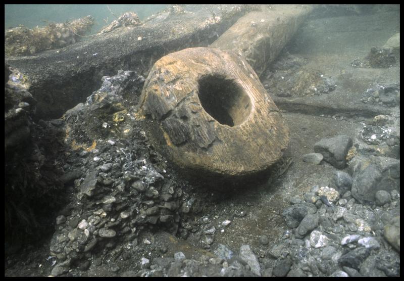 Vue sous-marine d'une poulie in situ(fouille M. L'Hour/Drassm, E. Veyrat/Drassm).