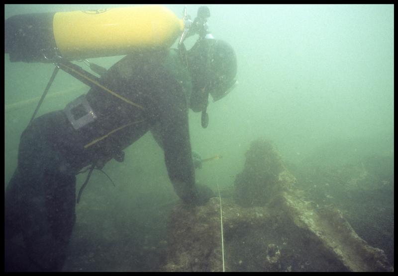 Vue sous-marine d'un plongeur effectuant un relevé sur la carène(fouille M. L'Hour/Drassm, E. Veyrat/Drassm).