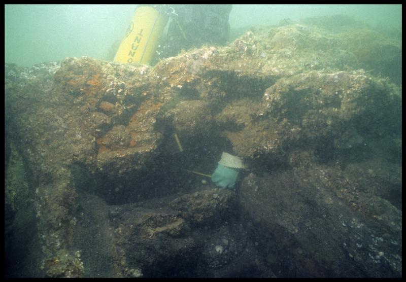 Vue sous-marine d'un plongeur effectuant des relevés sur la carène(fouille M. L'Hour/Drassm, E. Veyrat/Drassm).