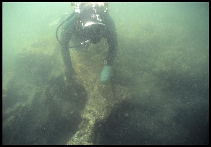Vue sous-marine d'un plongeur effectuant des relevés sur carène(fouille M. L'Hour/Drassm, E. Veyrat/Drassm).