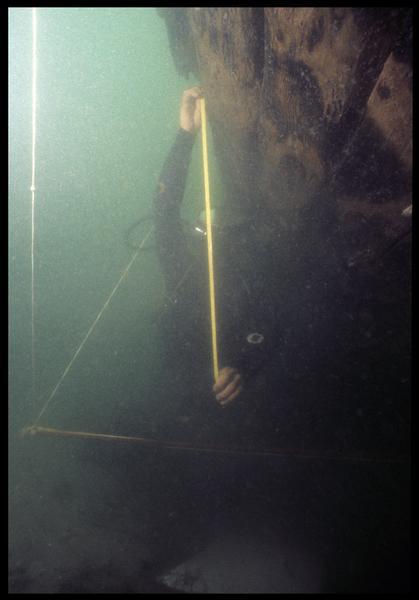 Vue sous-marine d'un plongeur effectuant les mesures de la carène(fouille M. L'Hour/Drassm, E. Veyrat/Drassm).