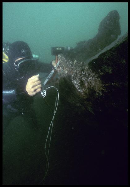 Vue sous-marine d'un plongeur implantant un piquet de carroyage(fouille M. L'Hour/Drassm, E. Veyrat/Drassm).