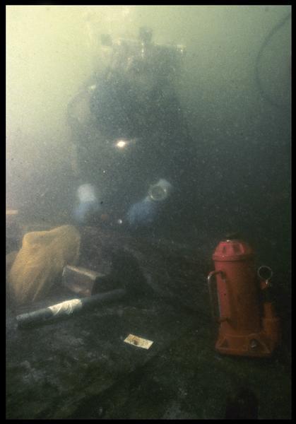 Vue sous-marine d'un plongeur et d'un élévateur pour soulever la carène(fouille M. L'Hour/Drassm, E. Veyrat/Drassm).