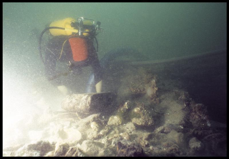 Vue sous-marine d'un plongeur dévasant à la suceuse à eau(fouille M. L'Hour/Drassm, E. Veyrat/Drassm).
