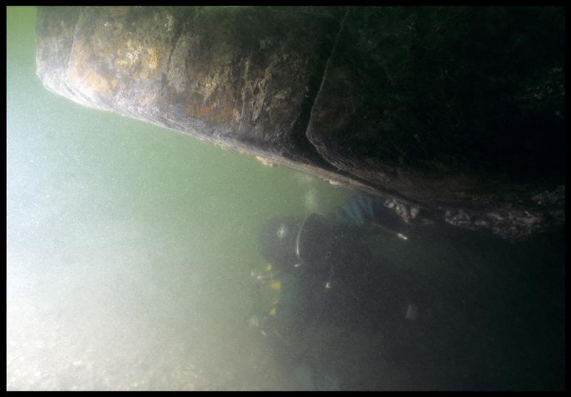 Vue sous-marine d'un plongeur sous la carène(fouille M. L'Hour/Drassm, E. Veyrat/Drassm).