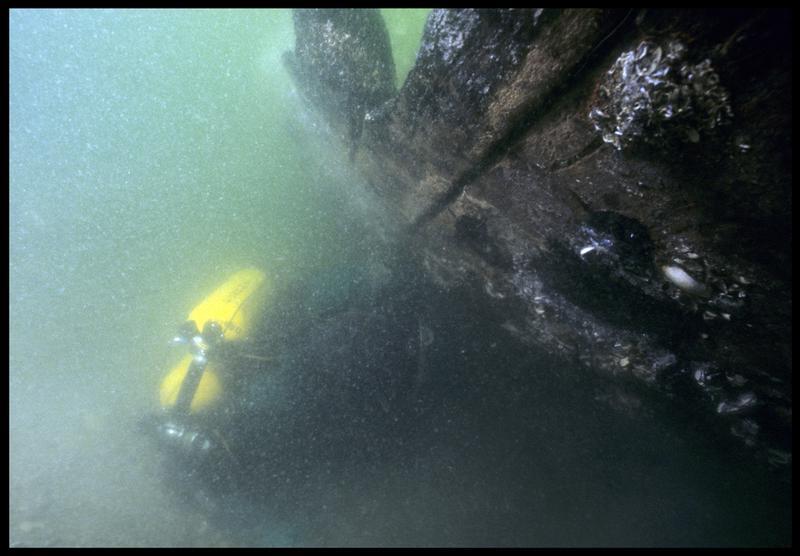 Vue sous-marine d'un plongeur préparant le prélèvement du vaigrage(fouille M. L'Hour/Drassm, E. Veyrat/Drassm).