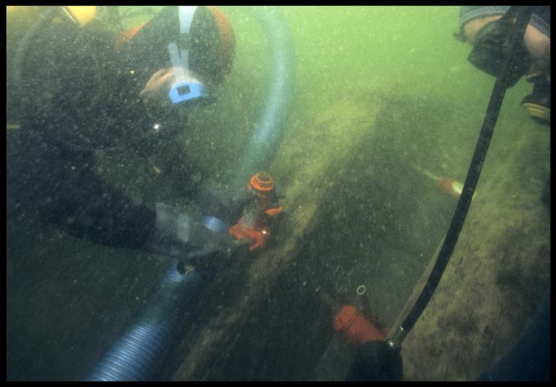 Vue sous-marine de deux plongeurs effectuant le prélèvement du vaigrage(fouille M. L'Hour/Drassm, E. Veyrat/Drassm).