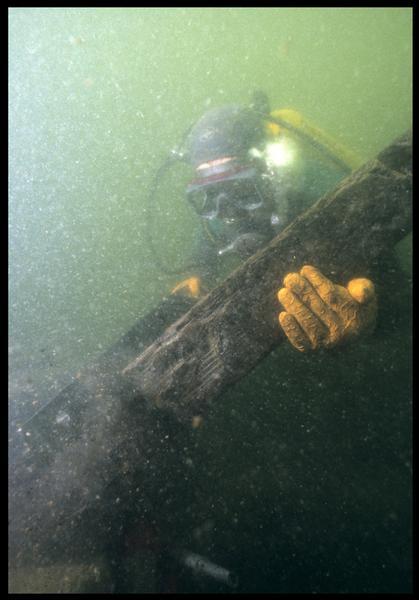 Vue sous-marine d'un plongeur remontant le prélèvement de la carène(fouille M. L'Hour/Drassm, E. Veyrat/Drassm).