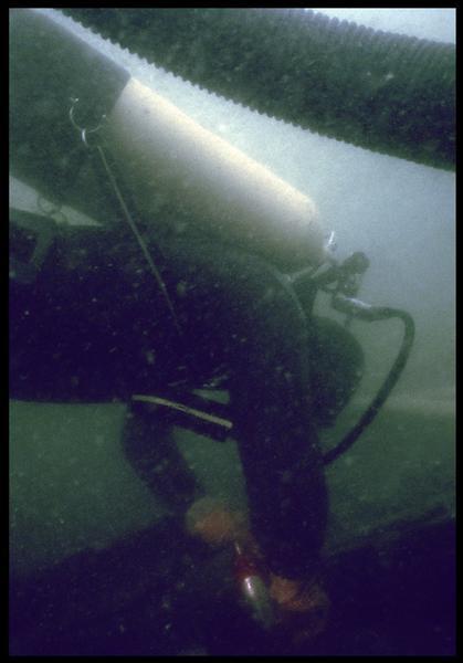 Vue sous-marine d'un plongeur sur la carène(fouille M. L'Hour/Drassm, E. Veyrat/Drassm).