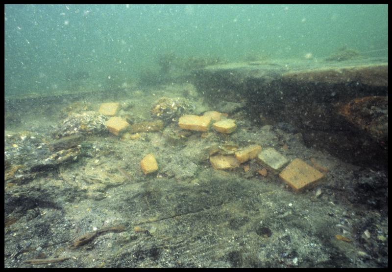 Vue sous-marine de fragments de brique in situ(fouille M. L'Hour/Drassm, E. Veyrat/Drassm).
