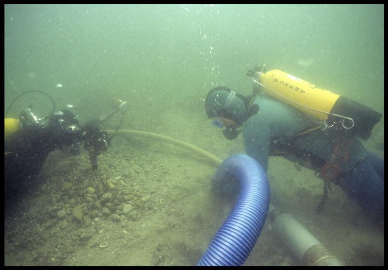 Vue sous-marine du photographe et d'un plongeur installant la suceuse à eau(fouille M. L'Hour/Drassm, E. Veyrat/Drassm).