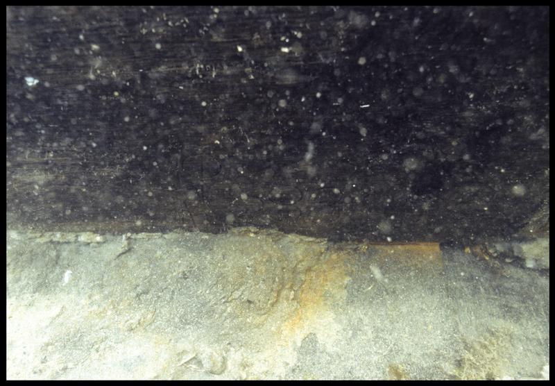 Vue sous-marine de détail de marque de charpentier sur une membrure(fouille M. L'Hour/Drassm, E. Veyrat/Drassm).