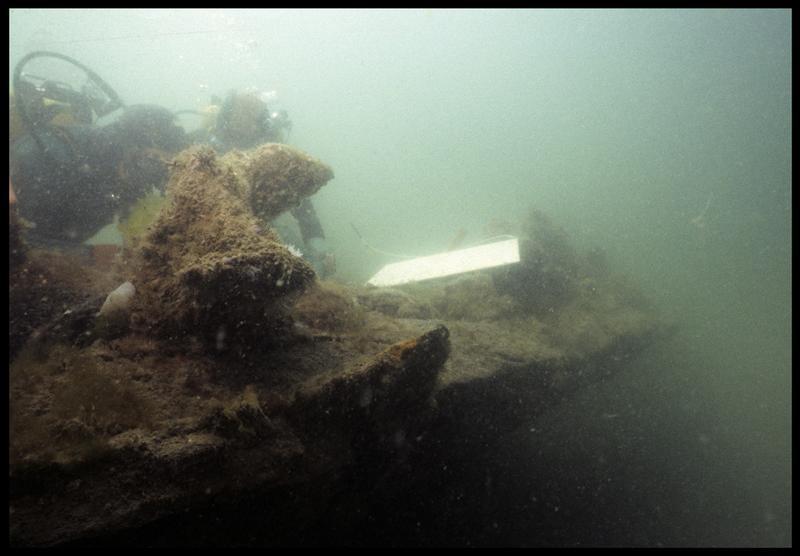 Vue sous-marine de deux plongeurs effectuant le relevé de la carène(fouille M. L'Hour/Drassm, E. Veyrat/Drassm).
